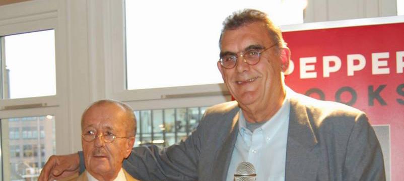 Rob Hoogland overhandigt eerste boek aan Theo Hiddema